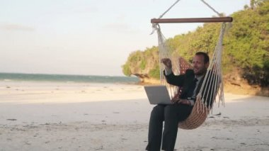 Businessman finishing work on laptop — Vídeo de stock