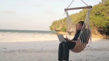 Businessman with laptop on hammock — Stock Video