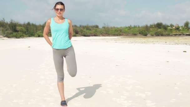 Femme exerçant avant de faire du jogging — Vidéo