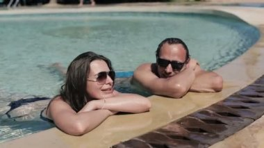 Couple in swimming pool — Stock Video