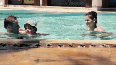 Family swimming in pool — Stock Video