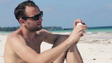 Man taking photo of himself — Stock Video