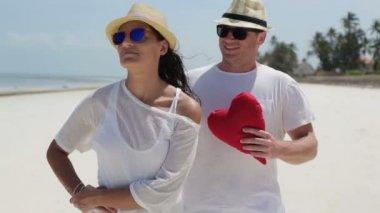 Man giving his girlfriend heart — Stock Video