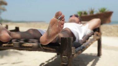 Casal relaxando em espreguiçadeiras — Vídeo stock