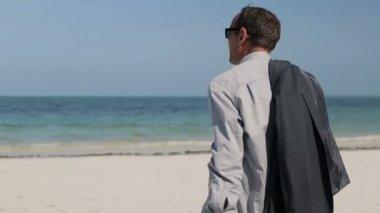 Businessman admire beach — Stock Video