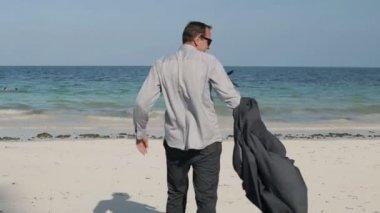 Praia exótica linda a despir-se de empresário — Vídeo stock