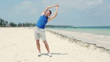 Man exercising on beach — Stock Video