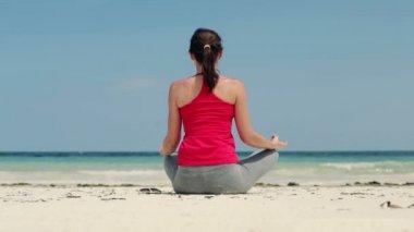 Vrouw mediteren op het strand — Stockvideo