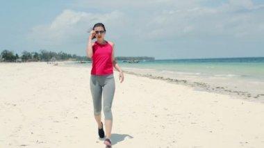 Female jogger resting during jogging — Vídeo Stock