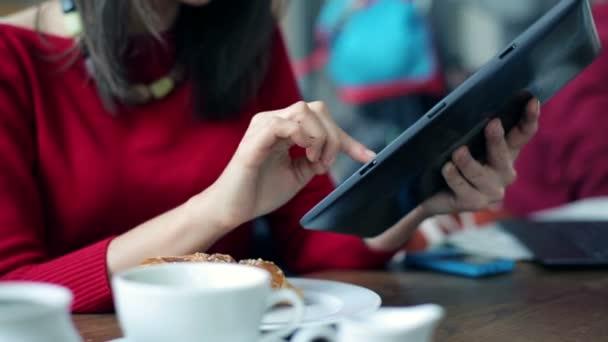 Mujer escribiendo en tableta — Vídeo de stock