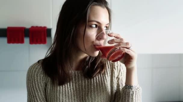 Femme pensive, boire du jus de — Vidéo