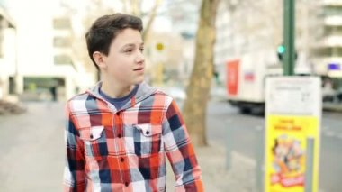 Adolescent, promenade dans la ville — Vidéo