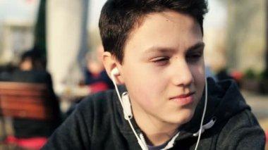 Подросток прослушивания музыки — Стоковое видео