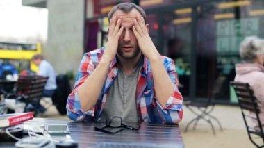 Uomo avendo mal di testa — Video Stock