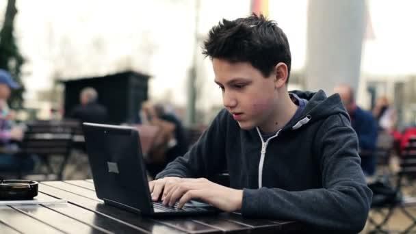 Adolescente trabajando en portátil — Vídeo de stock