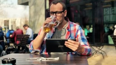 Man with tablet in bar — Stock Video