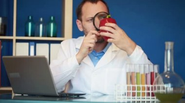 Biochemist examine red pepper — Stock Video