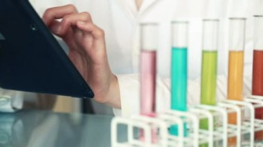 Chemist hands using tablet — Stock Video