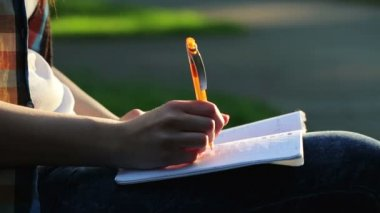 Student doing homework in the park — Vidéo