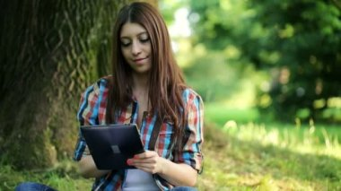 Teenager with tablet in park — Stock video
