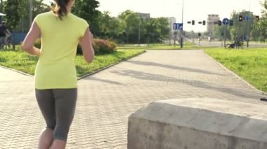 Young woman jogging in the city — Stock Video