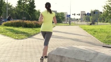 Mujer corriendo en la ciudad — Vídeo de Stock