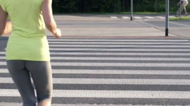 Jogging through zebra crossing — Stock Video