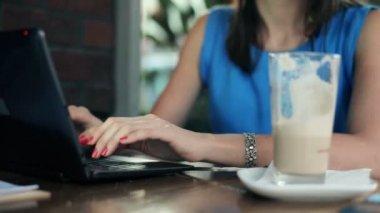 Mains tapant sur portable au café — Vidéo