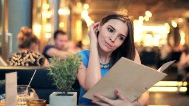 žena čtení menu v restauraci — Stock video