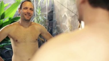 Happy man in front of the mirror — Vidéo