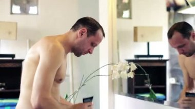 Człowiek mycia twarzy w łazience — Wideo stockowe