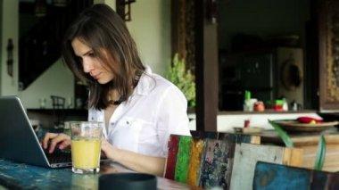 Mujer que trabaja en equipo portátil — Vídeo de stock