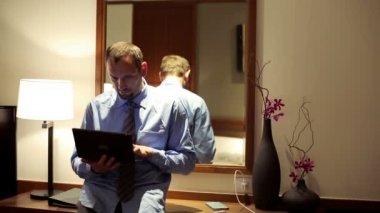 ホテルの部屋でラップトップに取り組んでの実業家 — ストックビデオ