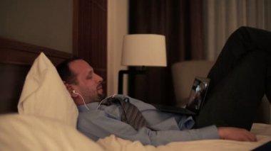 Empresário assistindo filme no laptop à noite — Vídeo Stock