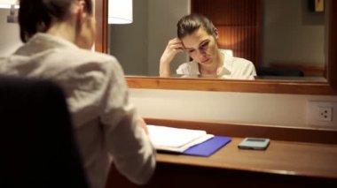 実業家は机で文書を読む — ストックビデオ