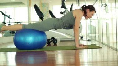 женщина, работающая с фитнес мячом — Стоковое видео