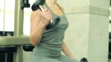 Woman exercising with dumbbels — Stock Video