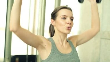 Woman exercising with dumbbells — Stock Video