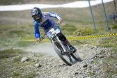"""Granada, İspanya - 30 Haziran: Rekabet yokuş aşağı dağ bisikleti """"Boğa Bisiklet Kupası Dh 2013, Sierra Nevada"""" üzerinde 30 Haziran 2013 Granada, İspanya bilinmeyen yarışçı — Stok fotoğraf"""