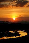 Coucher de soleil avec des nuages roses dans le ciel bleu et or et reflet rivière or — Photo