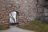Ruinas de castillo medieval bolczow en bosque, polonia — Foto de Stock