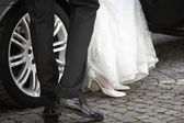 Bride and groom getting out of the car — Stock Photo