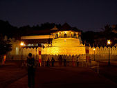 Temple of tooth in Kandy, Sri Lanka at night — Foto de Stock
