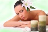 Garota relaxante no spa — Foto Stock