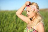 自然の背景にかわいい女の子の肖像画 — ストック写真