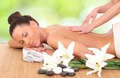 Masaj salonunda masaj yaptırdığım genç bir kadın. — Stok fotoğraf