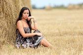 Portret dziewczynki w polu z siana — Zdjęcie stockowe