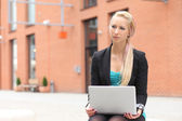 Business woman with laptop working outdoor — Stock fotografie