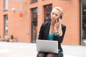 Business woman talking on the phone outdoors — Stock Photo