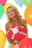 Красивая девушка Холдинг подарки — Стоковое фото